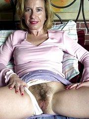 mujeres maduras peludas masturbandose
